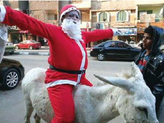 Santa Claus roams Cairo, exploring dreams of Egyptians for 2015