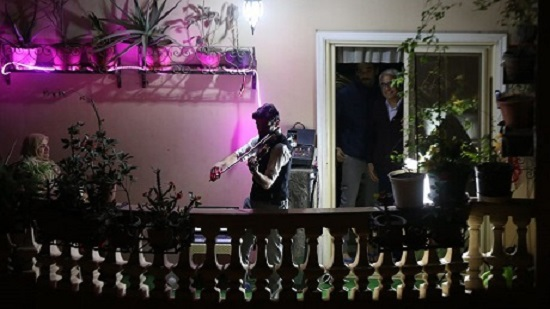 Violinist entertains Cairo neighborhood with balcony concert during curfew